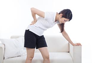 腰痛の女性のイメージ