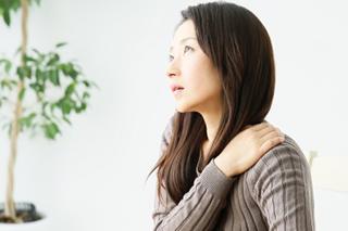 肩こりの女性のイメージ