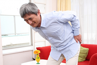 脊柱菅狭窄症の高齢者のイメージ